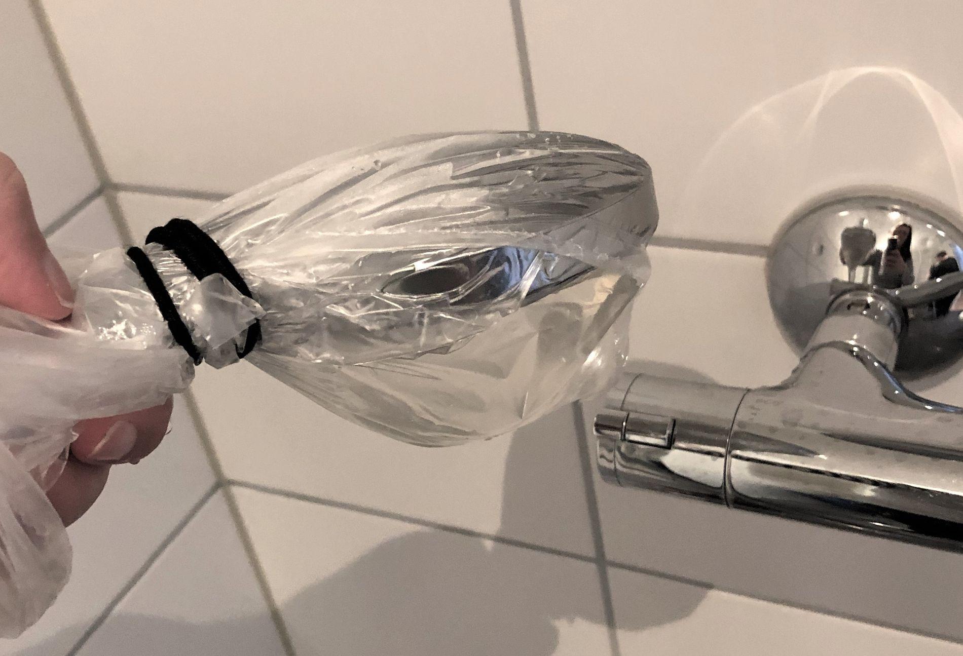 Pakk dusjhodet inn i en pose fylt med eddik. Det gjør susen på møkk og skitt.