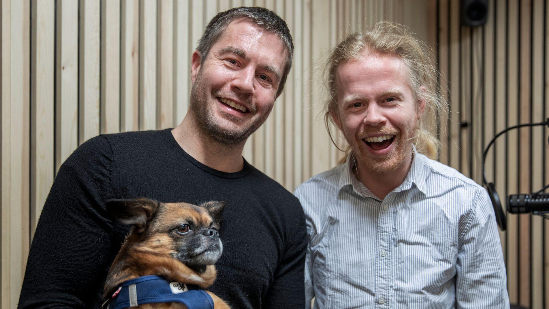 DYRKER GLEDEN: Axel Vindenes (til h.) har akkurat gitt ut boken «The Bible of Joy». Lasse Gallefoss, på sin side, er mannen bak dokumentarserier som «Flukt» og «Uro». Her holder han Axels hund, Alfred.
