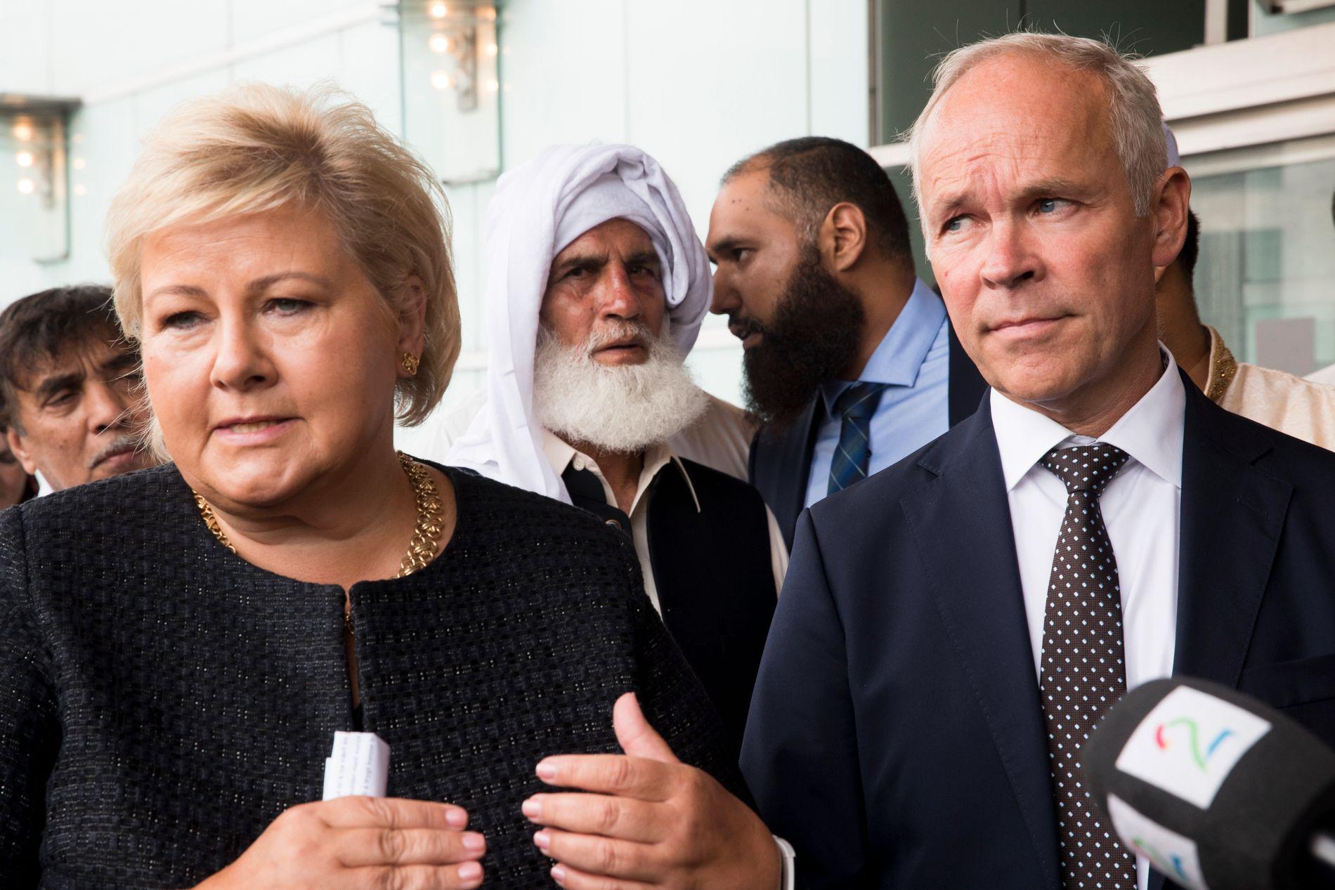 VISTE STØTTE: Statsminister Erna Solberg (H) og integreringsminister Jan Tore Sanner (H) vitja Al-Noor-moskeen søndag. I bakgrunnen står 65 år gamle Mohammed Rafiq (til v.), som stoppa gjerningsmannen laurdag.