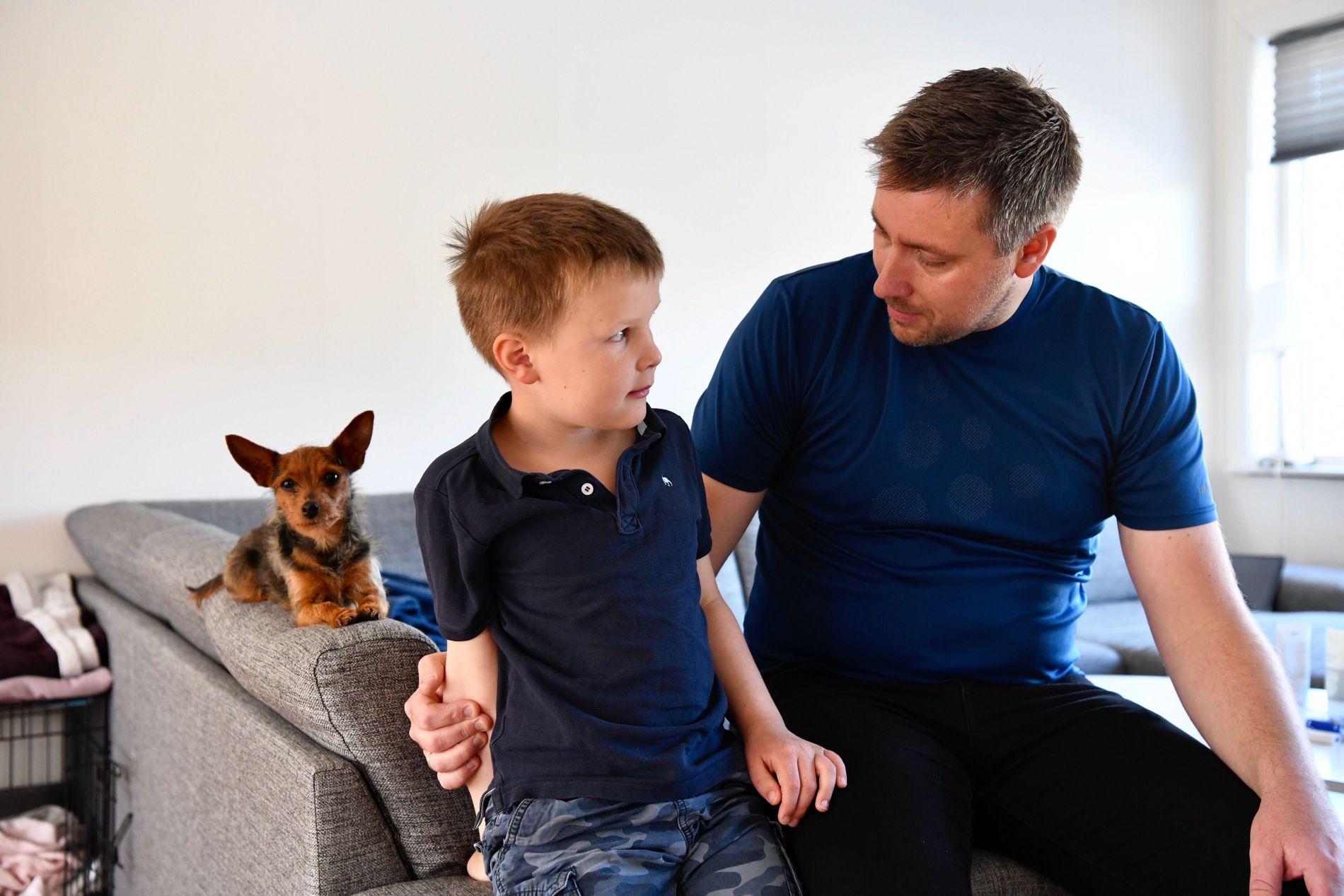 SYKE: Jan-Egil Elgsås og sønnen Jakob Elgsås (7) ble dårlige med magetrøbbel og feber tirsdag ettermiddag.