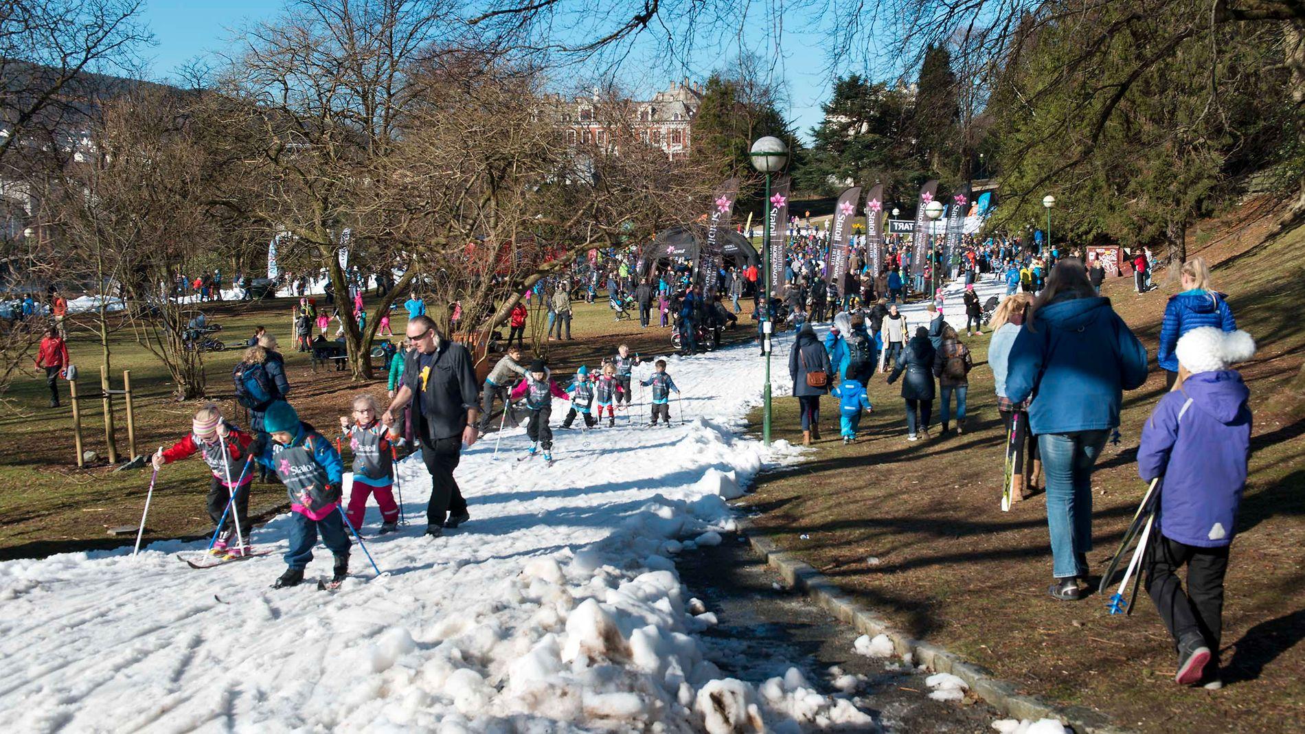 TETT I SPORET: Det kunne til tider bli tett i sporet for de mange unge som deltok på Skifestival i Nygårdsparken i dag.