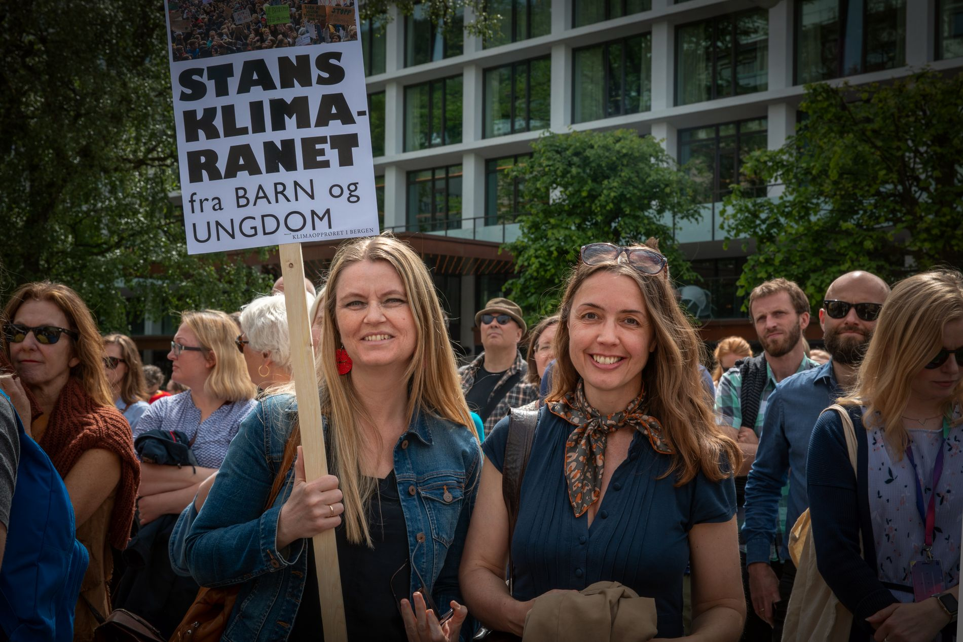 AKSJON: Marianne Morild og venninnen Solveig Moldrheim var blant de rundt 1500 som deltok i  klimastreiken for voksne i Bergen forrige onsdag.