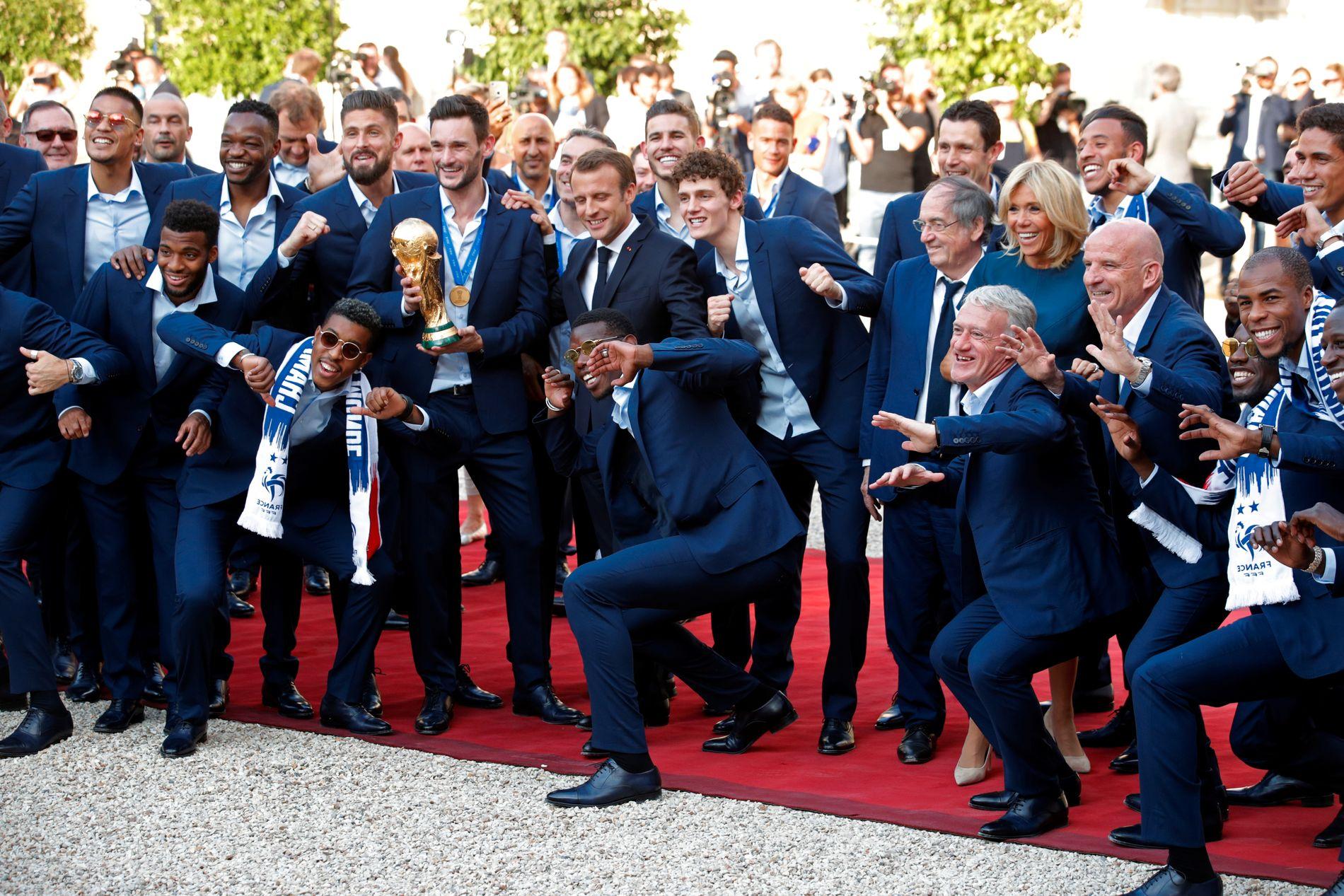 President Emmanuel Macron poserte med det høylytte franske laget, som har feiret VM-gullet siden dommeren blåste av kampen mot Kroatia søndag kveld. Macron forsøkte seg også på en klassisk «dab», som Frankrike- og Manchester United-stjerne Paul Pogba har gjort til sin signaturfeiring.