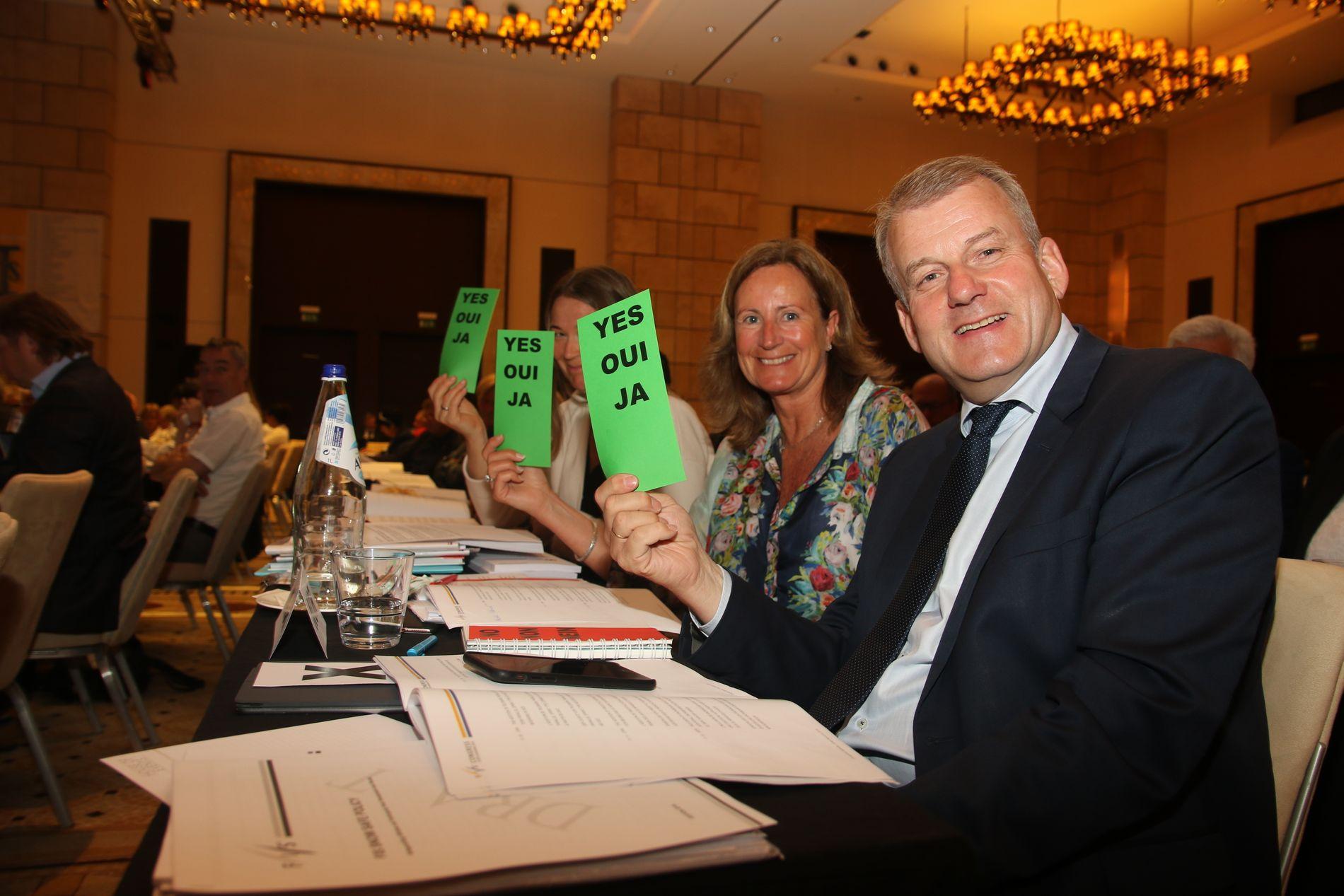 Norges delegasjon under fredagens FIS-kongress. Assisterende generalsekretær Ingvild Bretten Berg (f.v.), visepresident Eva Tine Riis-Johannessen og skipresident Erik Røste.