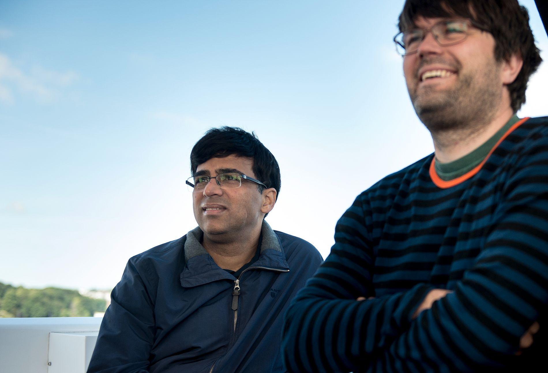 Peter Heine Nielsen var en del av Viswanathan Anands sekundantteam. Så begynte han å jobbe for Magnus Carlsen i stedet. Her er Heine Nielsen og Anand sammen på en båttur organisert av Norway Chess i 2018.