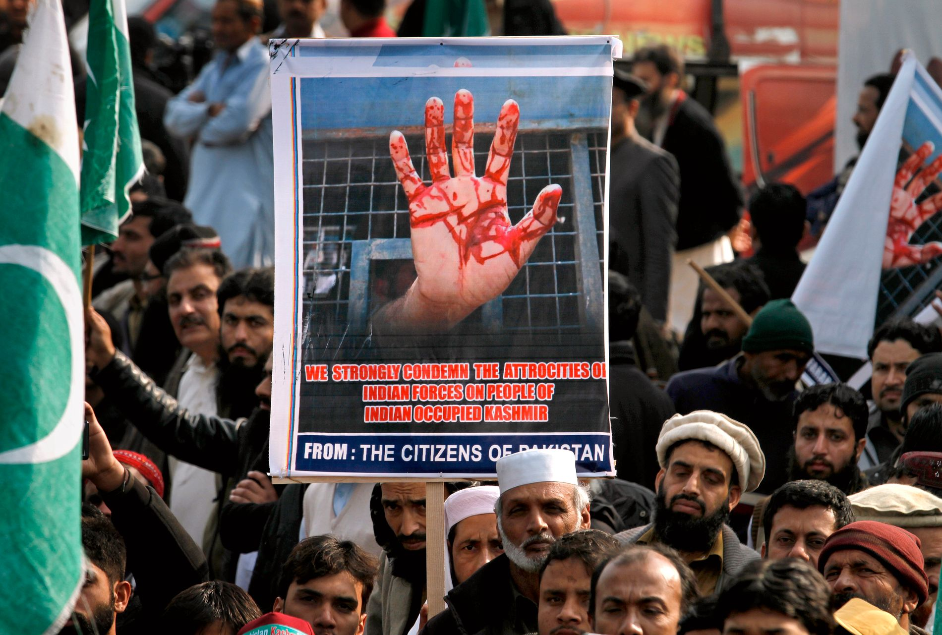 MER VOLDELIG: Kashmirene fremmet lenge sin sak med fredelige midler. Men utover på 1990-tallet ble konflikten voldelig. En ny generasjon Kashmirier tok til våpen i kampen mot indisk overherredømme. Her markeres Kashmir Solidarity Day i Islamabad, Pakistan, tidligere i år.