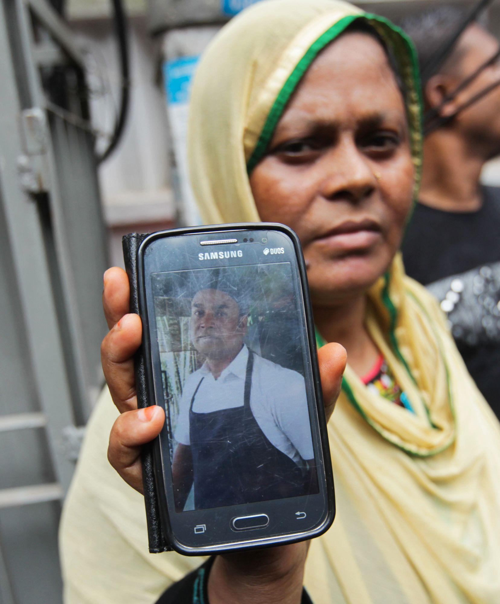 SLEKTNING: Johura Begum viser frem et foto av sin svigerbror Saidul Islam, som jobber på den angrepne restauranten. Islam er savnet.