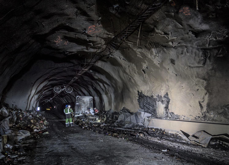 OPPRYDDING: Tunnelløpet opp til Langhuso, som ble sotet ned i røyken, ble ferdigvasket mandag morgen