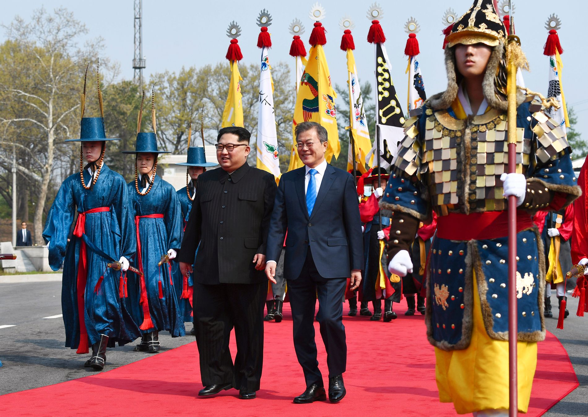 TOPPMØTE: Kim Jong-un (til v.) og Moon Jae-in på vei mot Fredshuset i Panmunjom, der de to holder toppmøte.