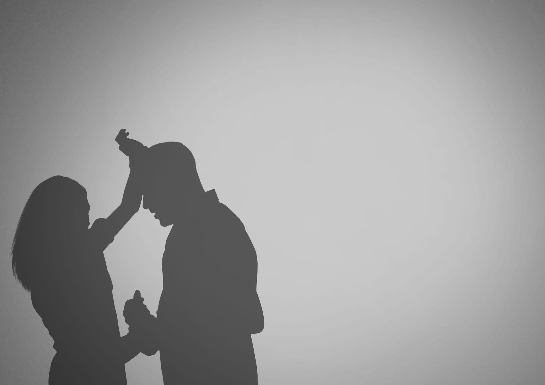 LITE OPPMERKSOMHET: Mens det er blitt mer oppmerksomhet om at de fleste voldtekter skjer mellom personer som kjenner hverandre – som venner, kolleger og bekjente, er det fortsatt lite oppmerksomhet om seksuelle overgrep i parforholdet, skriver forsker Margunn Bjørnholt. Illustrasjon: vectorfusionart / Shutterstock / NTB scanpix