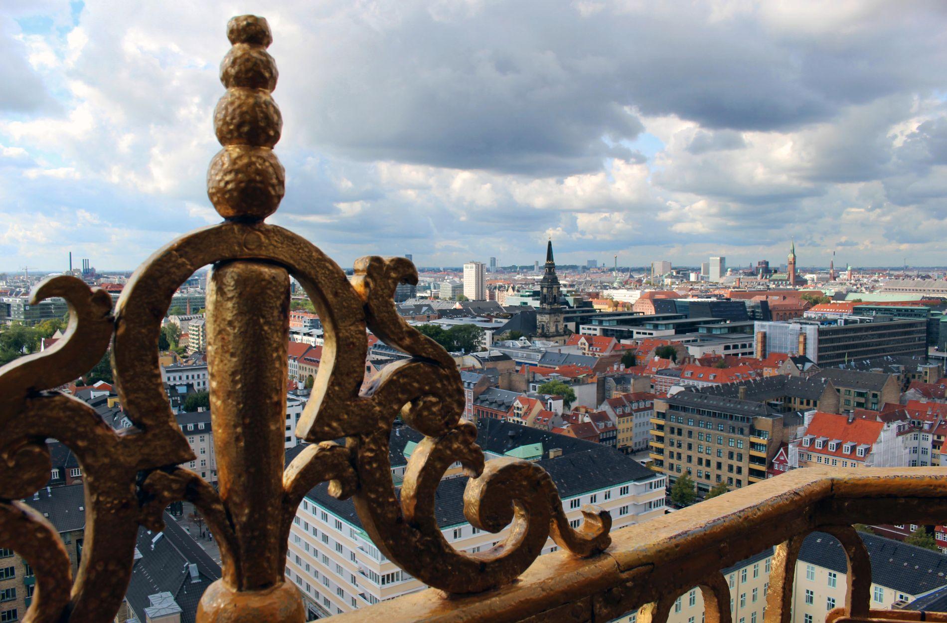 TIL TOPPS: 400 trappetrinn senere, kan du oppleve det som kanskje er Københavns aller beste utsikt. Beveg deg rundt kirkespiret og se hele byen. Underveis er det satt opp små plakater med forklaringer om bygninger og andre landemerker til orientering.