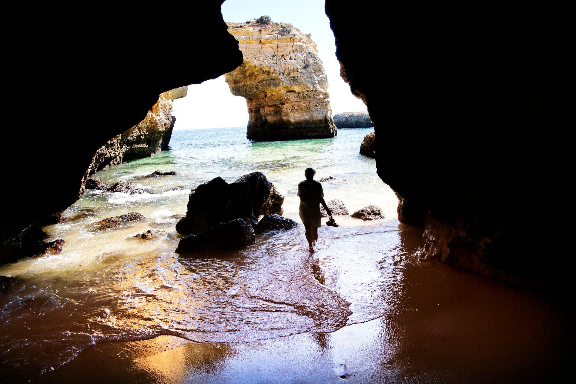 HEMMELIGE STRENDER: En av de morsomste tingene i Algarve er å oppdage skjulte strender – innimellom grotteganger og bølgeskvulp. En av de fineste finner du på Praia de Albandeira.