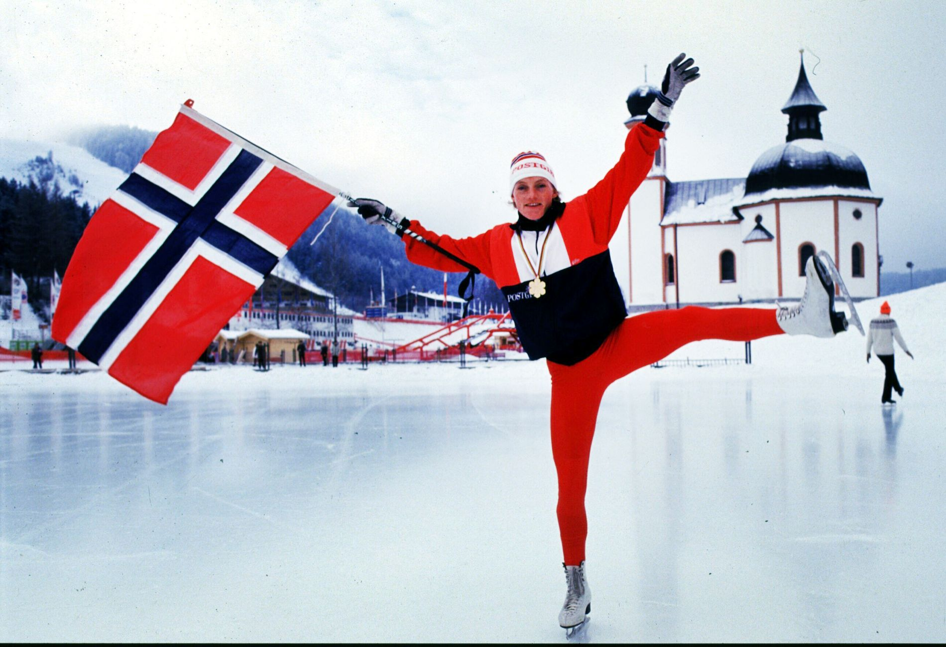 Seefeld januar 1985: Anette Bøe poserte med kunstløpskøyter og norsk flagg på skøytebanen i Seefeld etter VM-gullet på 10-kilometeren.