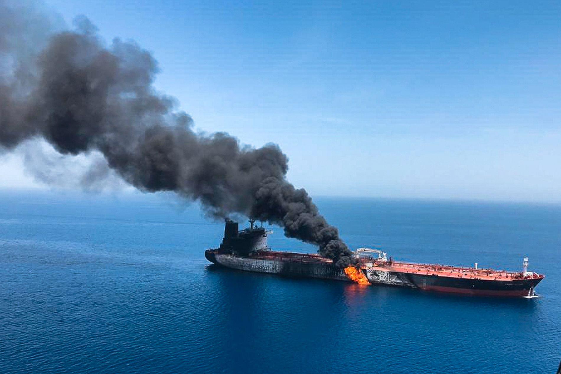 PÅ RANDEN AV KRIG: Spenninga er høg i farvanna utanfor Iran, mellom anna på grunn av fleire åtak mot oljetankarar. USA hevdar at Iran står bak, noko Iran nektar for. Biletet er frå eit åtak utanfor Hormuzstredet 13. juni.