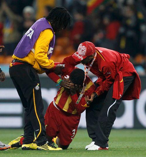 UTRØSTELIG: Asamoah Gyan må hjelpes av banen etter tapet.
