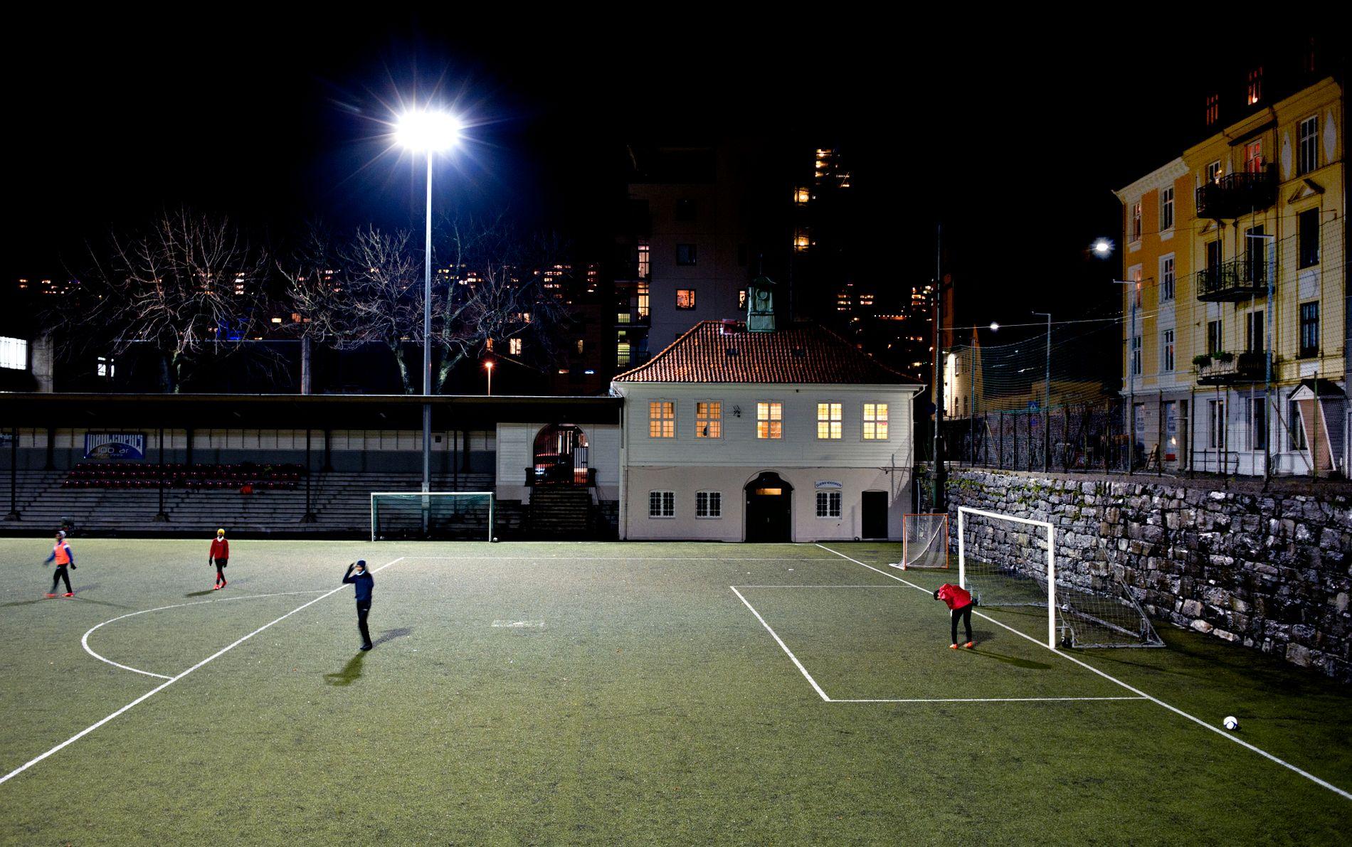 SAMLENDE: Fotballbanen på Møhlenpris har vært bydelens bankende hjerte, skriver Marie Amdam.