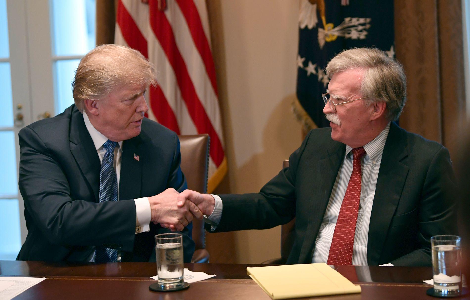 USAs president Donald Trump sammen med nasjonal sikkerhetsrådgiver John Bolton i Det hvite hus. Nå går Bolton av. Foto: Susan Walsh / AP / NTB scanpix