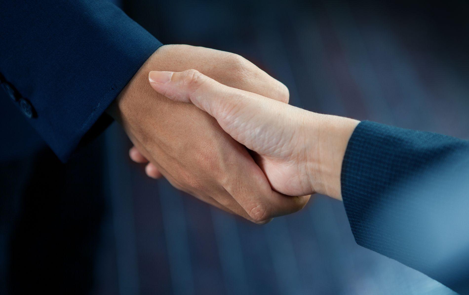 OMSTRIDT: Skal det være lov å nekte å håndhilse på kvinner? Spørsmålet har utløst debatt denne uken.