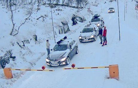 STENGT: Veien over Hardangervidda er ofte stengt. Likevel skal alle pengene gå til «Vegpakke Hallingdal» i nedre Hallingdal. Ingen penger går til Rv7 for å bedre trafikken på vestsiden, skriver innsenderen.