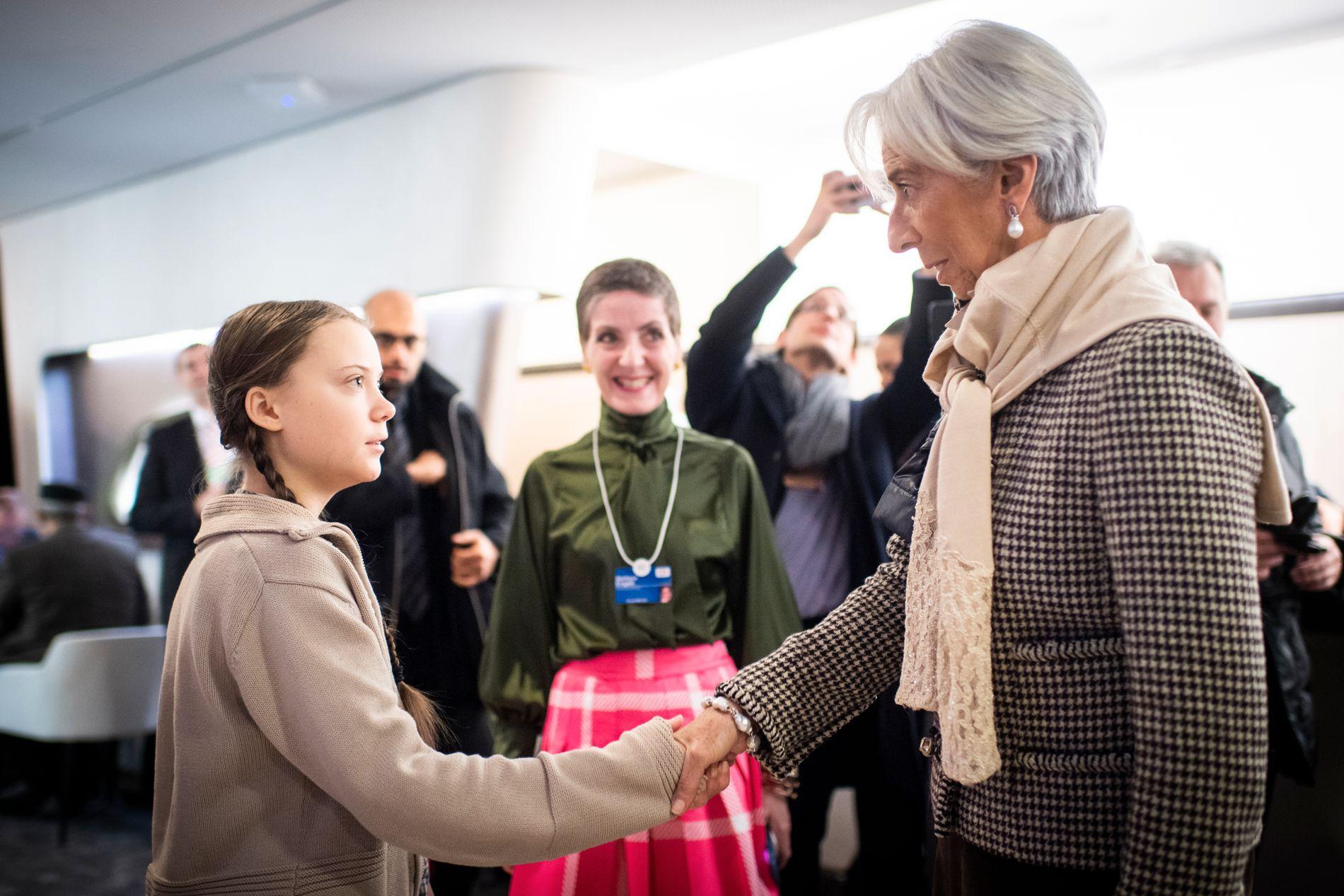 I DAVOS: Motmakten møter makten når, Greta Thunberg hilser på Christine Lagarde, leder for Det internasjonale pengefondet, under World Economic Forum i Davos.