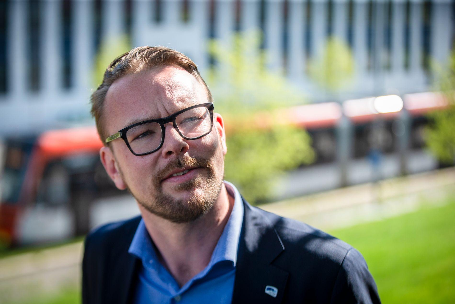 BYBANESKEPTIKER: Jeg lurer på om ikke Harald Victor Hove er i ferd med å skyte seg selv både her og der, skriver Frode Bjerkestrand.