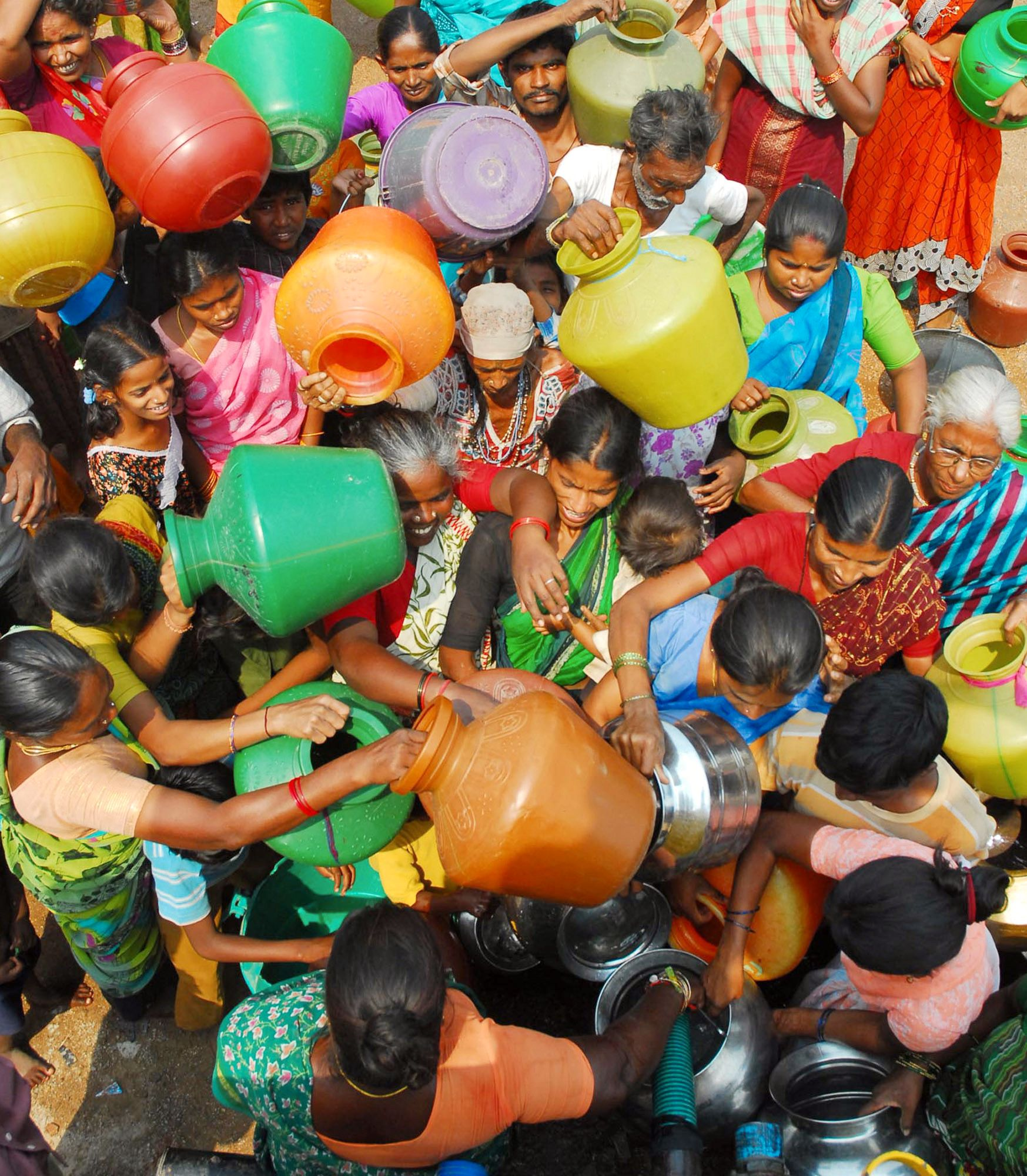KAMP: Det er kamp om dråpene når folk i New Delhi kommer for å hente vann i de kommunale tankene.