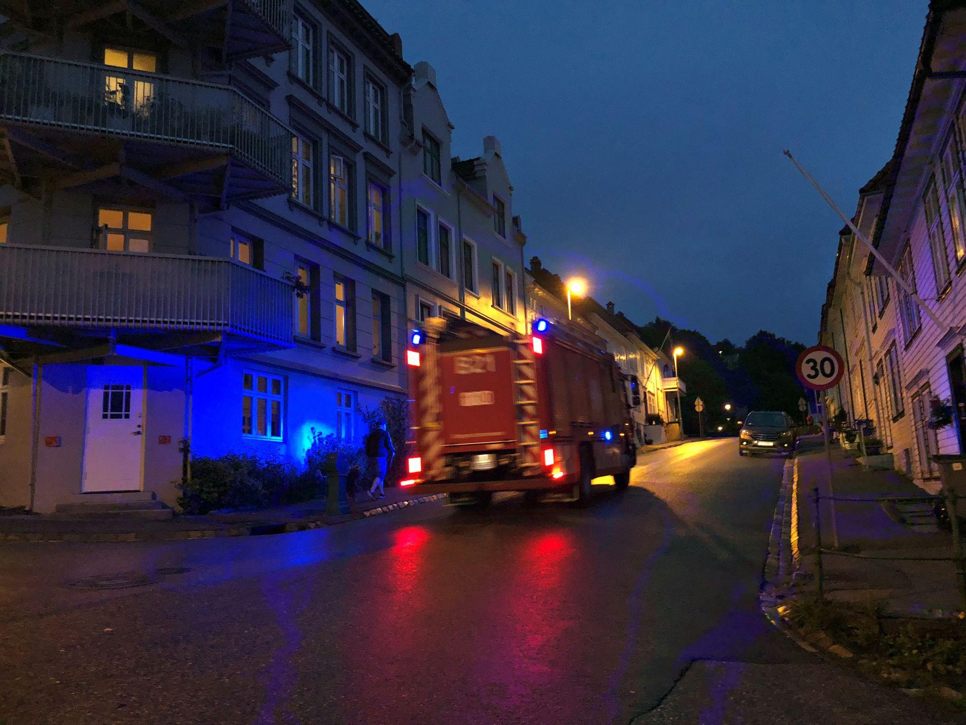 UTRYKNING: Brannvesenet på vei opp mot Fløyen.