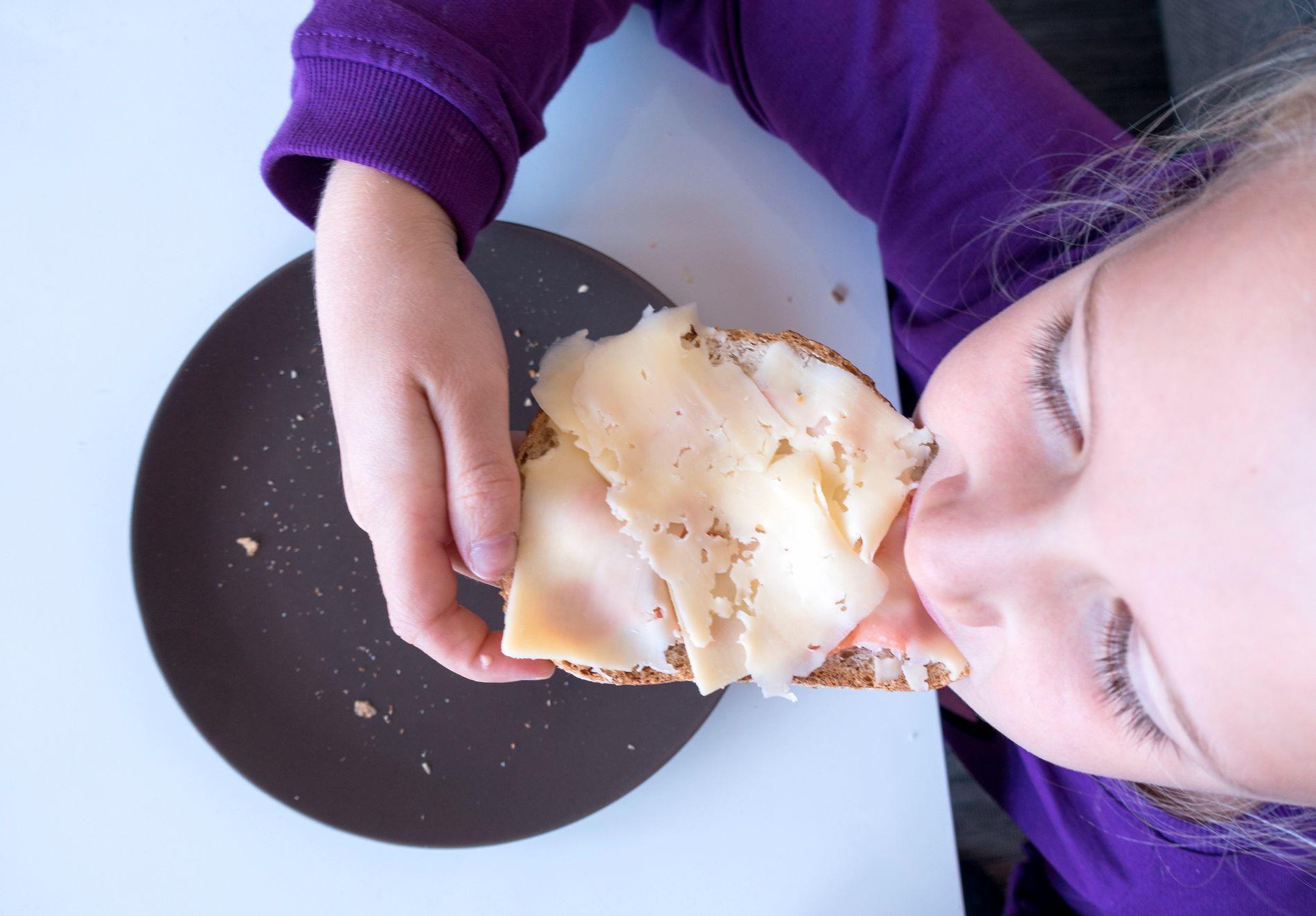 SPISEPAUSE: Professor Eldbjørg Fossgard er kritisk til at barna skal ha undervisning mens de spiser matpakken sin.