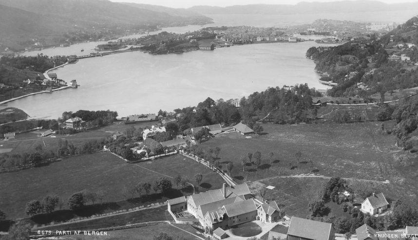 ÅRSTAD GÅRD: Knud Knudsens bilde av Årstad gård fra 1885 viser hvordan området så ut før Årstadvollen ble utbygd. Her residerte kongene gjennom 900- og 1000-tallet, skriver Per Jonas Nordhagen.