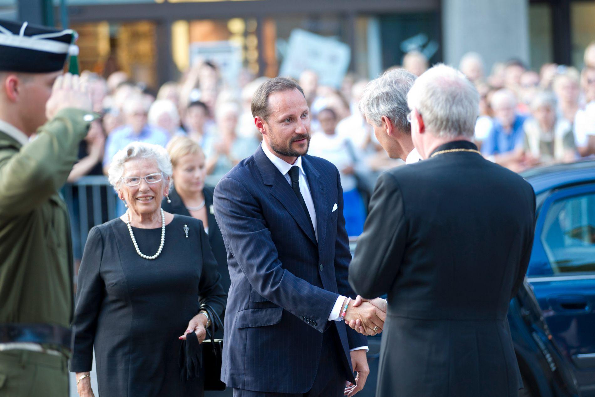 Kronprins Haakon og prinsesse Astrid ankommer lørdagens minnekonsert i Oslo Domkirke etter forrige fredags terrorangrep. De mootaes av Biskop Ole Christian Kvarme.