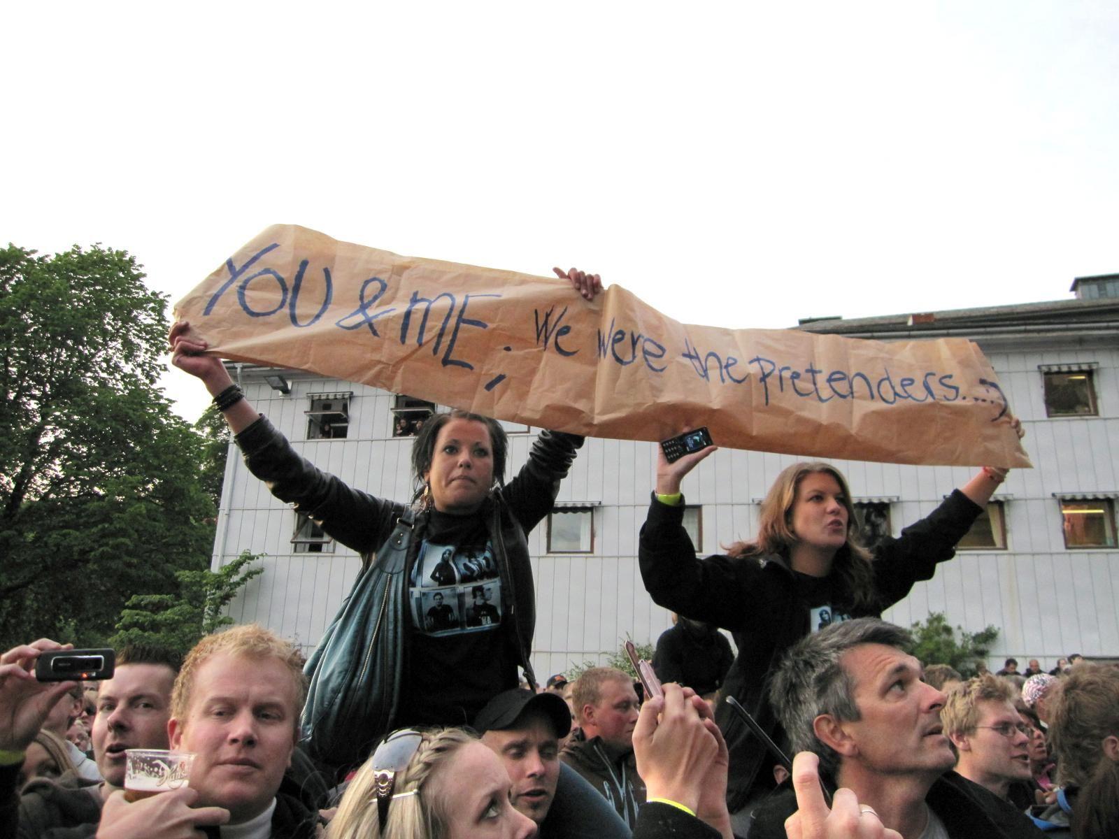 UFLAKS: Disse to Springsteen-fansene skrev åpningslinjen til «Human Touch» på et banner under den ene 2009-konserten på Koengen, men låten ble ikke spilt.  Arkivffoto: Guro Istad