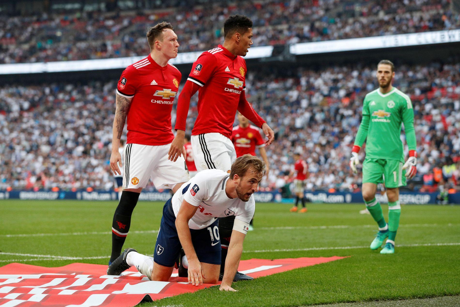 NEDE FOR TELLING: Det var ikke Tottenham og Harry Kanes dag på Wembley. Manchester Uniteds Phil Jones og Chris Smalling kan imidlertid feire FA-cupfinale.