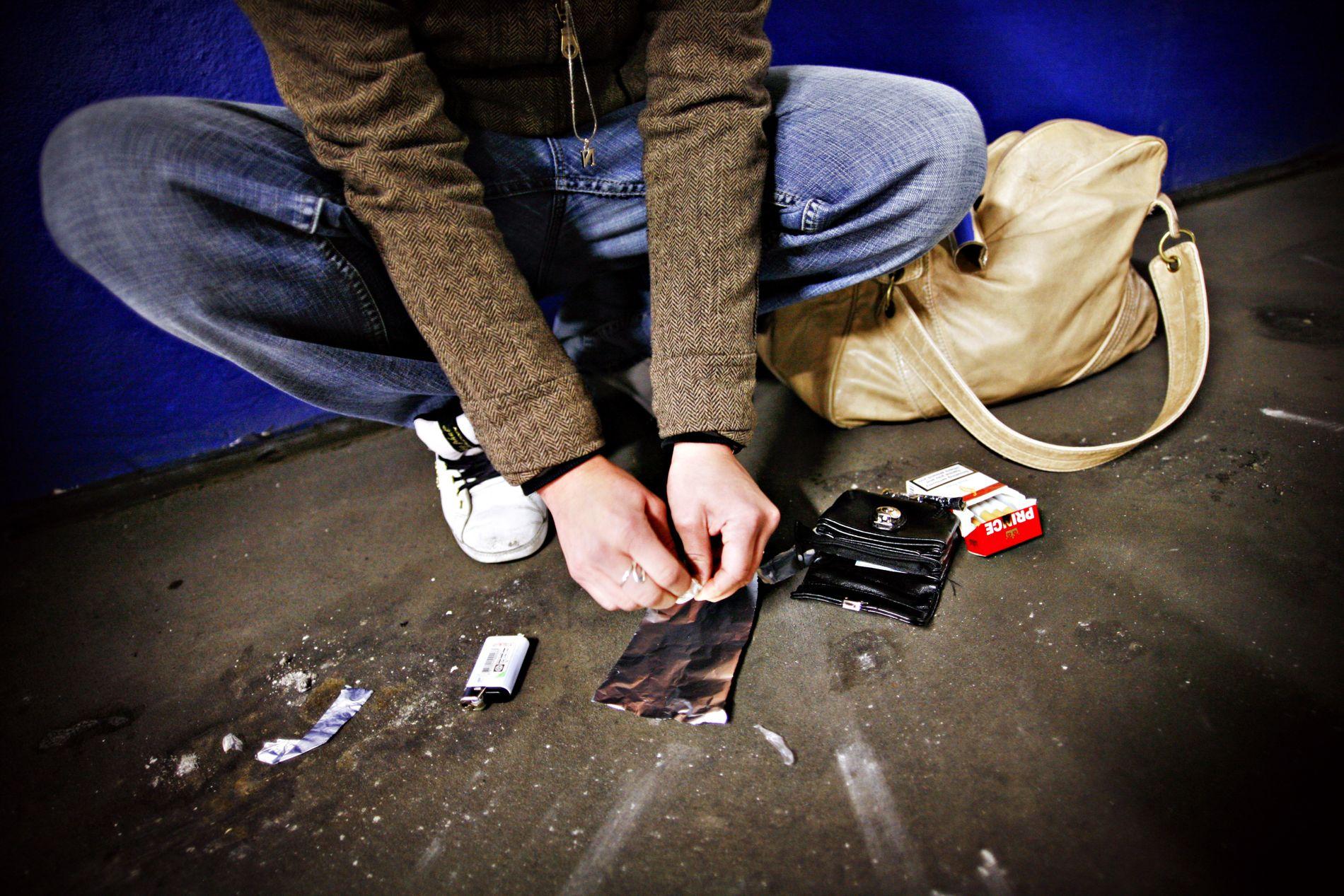 REFORM: Myndigheitene sin reaksjon mot folk som vert tatt for bruk og besittelse av narkotika, skal endrast frå straff til hjelp, skriv regjeringa i si nye plattform.