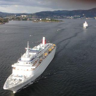 PASSERTE ASKØYBROA: Cruiseskipene seilte en og en under askøybroa.