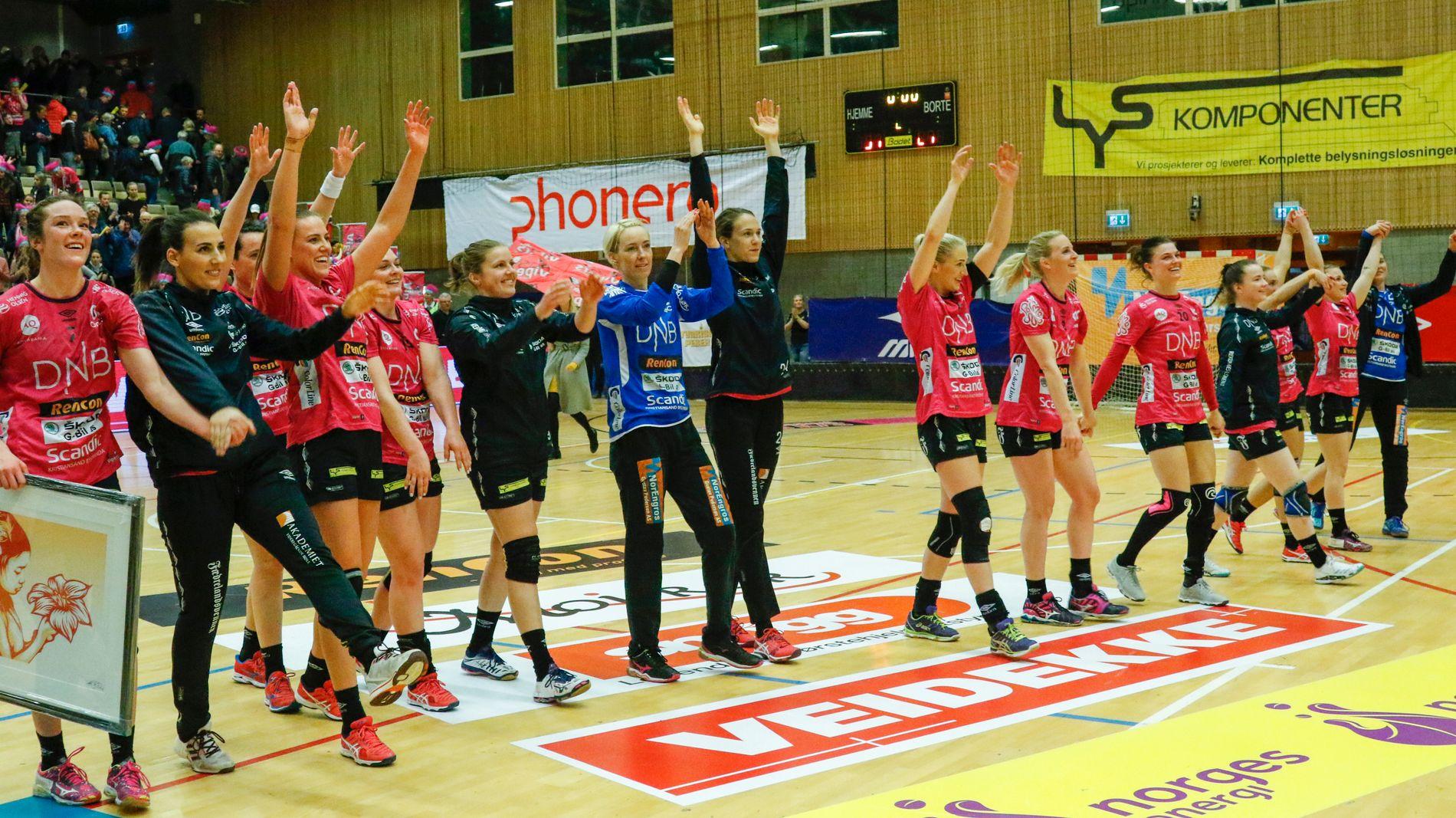 Vipers-jentene jubler etter 31–27-seieren mot Larvik i den avgjørende kampen om eliteserietittelen sesongen 2017/18.