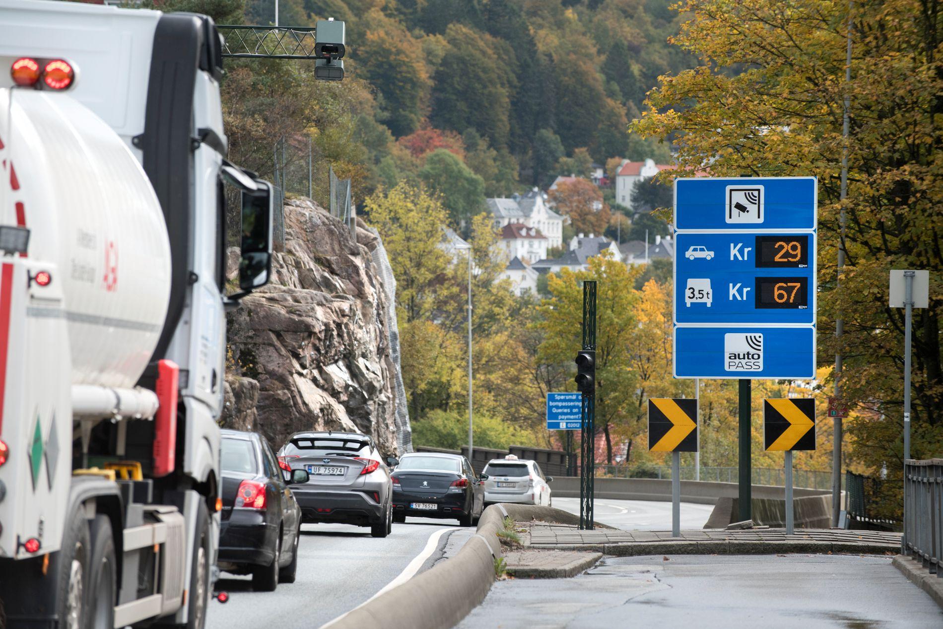KONTRAST: Mens man i Norge snart passerer 300 Autopass-stasjoner, har Sverige i dag kun to bompengeinnkrevinger, eller infrastrukturavgifter som de kalles: Broavgift Motala og broavgift Sundsvall, skriver innsender.