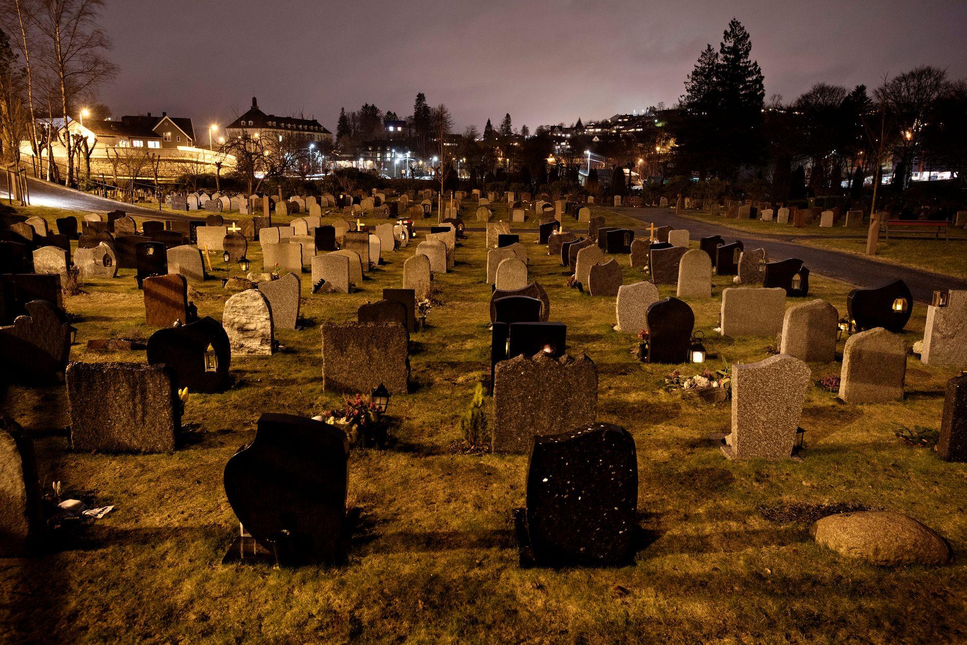 HER KAN SVARET LIGGJE: Politiet undersøkjer no tolv graver på Øvsttun gravplass. Teorien er at Trine Frantzen kan ha blitt lagt i ei av dei.