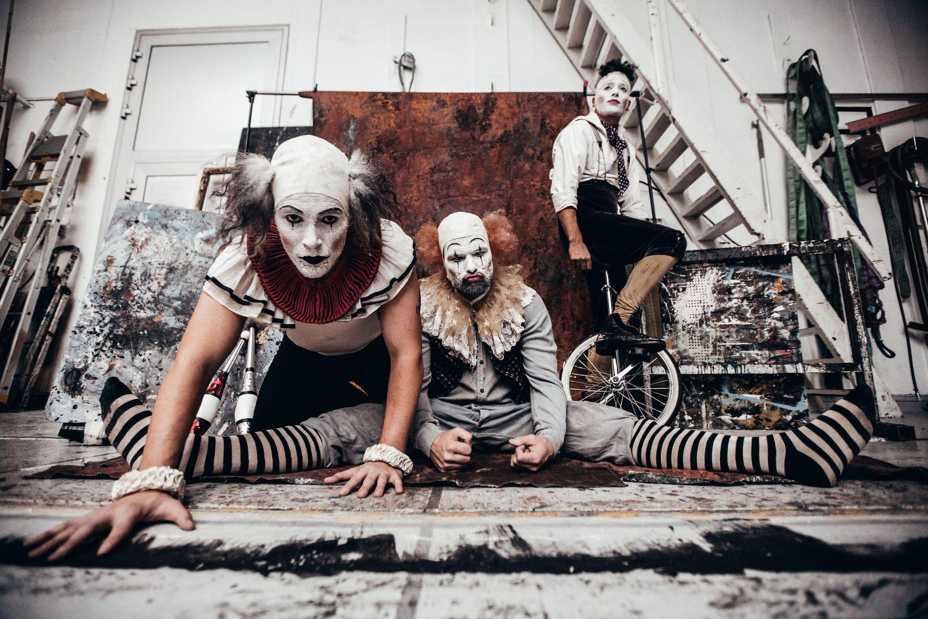KLOVNESPRELL: Bergenske Absence Crew har holdt sammen i 20 år. Nå er danserne klare med eget stykke på DNS.