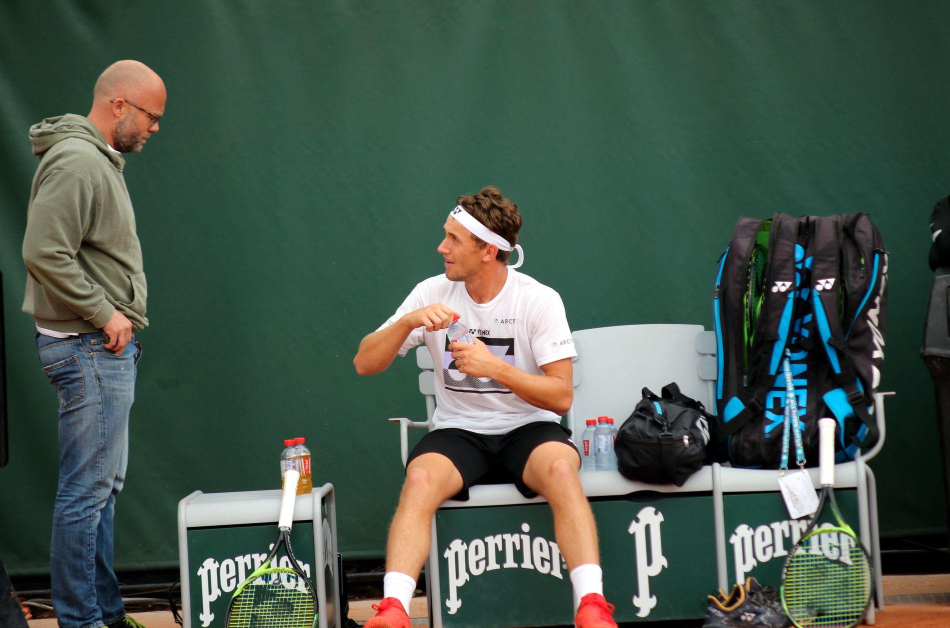 Casper Ruud er klar. På trening torsdag visste mentaltrener Erik Bertrand Larssen at tennisspilleren har kontroll på følelsene sine. Det er viktig foran møtet med en legende.