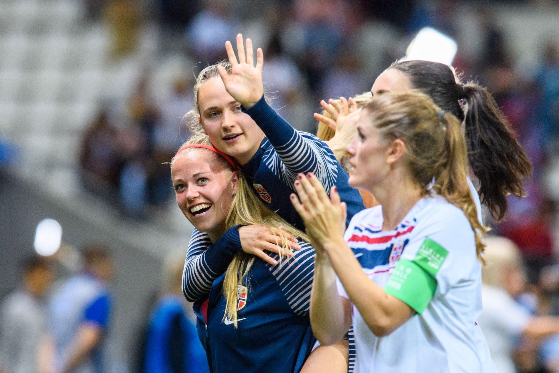FOTBALL-VM FOR KVINNER: Caroline Graham Hansen og Therese Sessy Åsland på det norske landslaget feirer etter kampen mot Sør-Korea 17. juni.