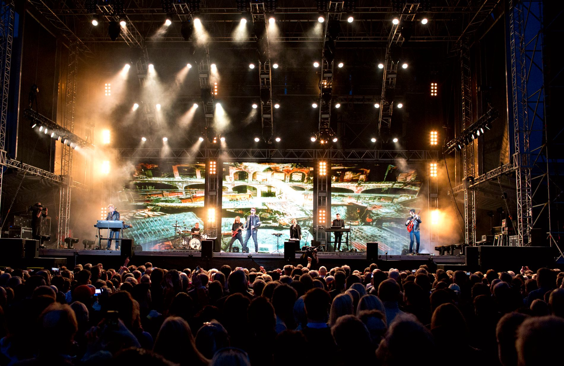 MYE FOLK: Rapportene forteller om 17.000 solgte billetter til lørdagens konsert på Koengen.
