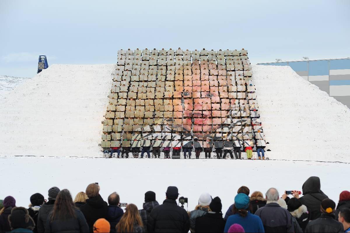 KJENNER: Morten Traavik har jobbet med kulturutveksling og kunstprosjekter med Nord-Korea i flere år. Her er et bilde fra prosjektet ME/WE, hvor 300 mennesker holder hver sin perm med bilder.