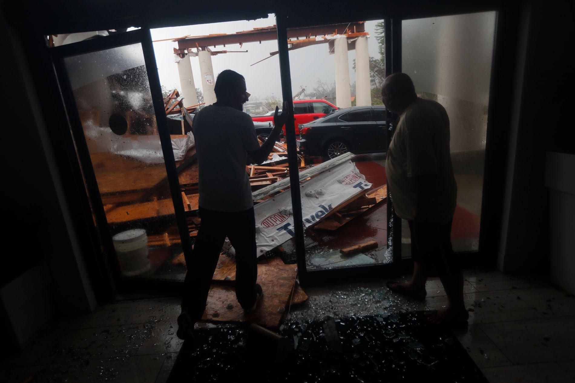 ØDELEGGELSER: Hotellansatte ser på ødeleggelsene som orkanen har forårsaket i Panama City i Florida.