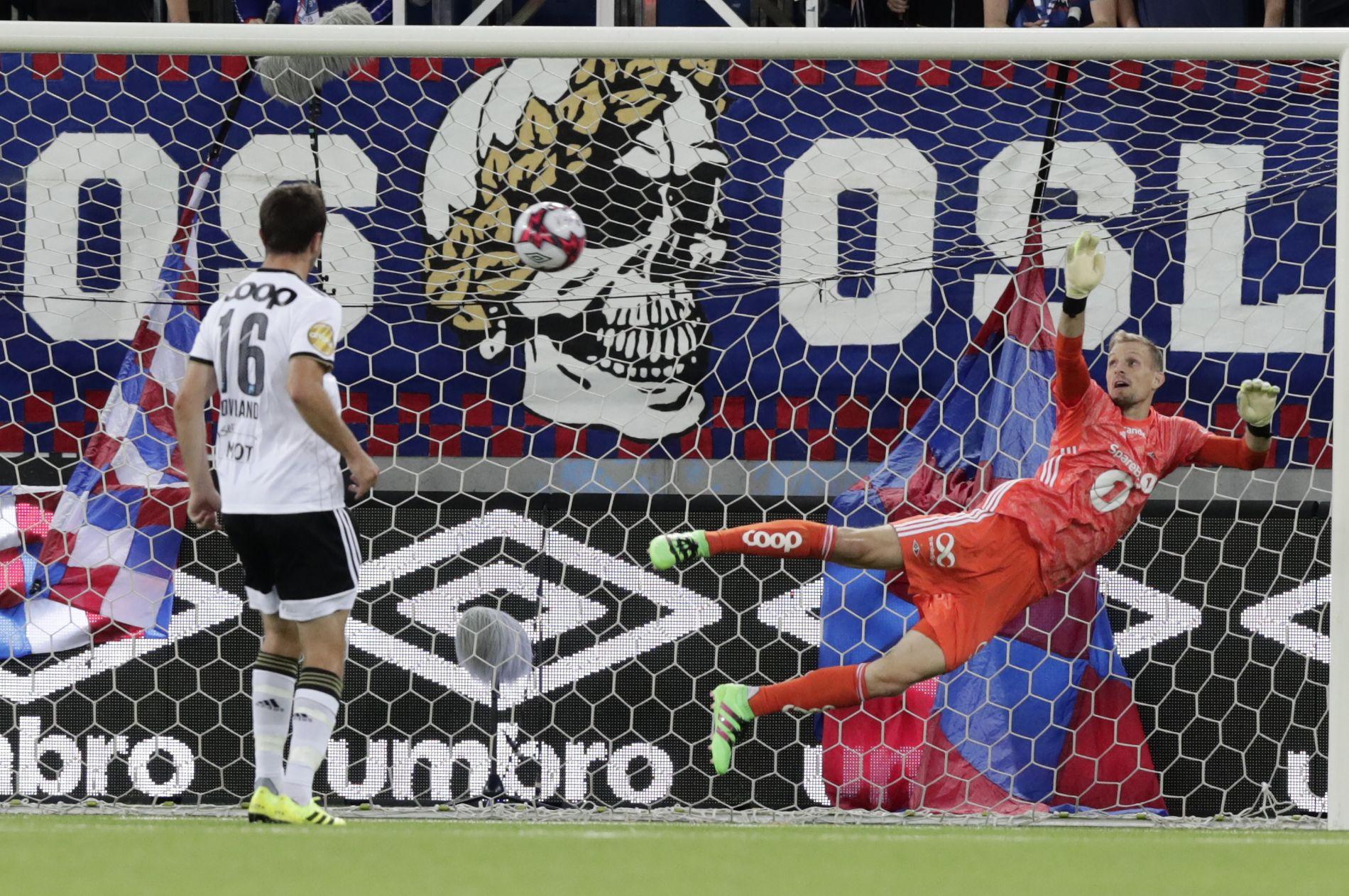 Her ser André Hansen og Even Hovland ballen gå inn i RBKs mål.
