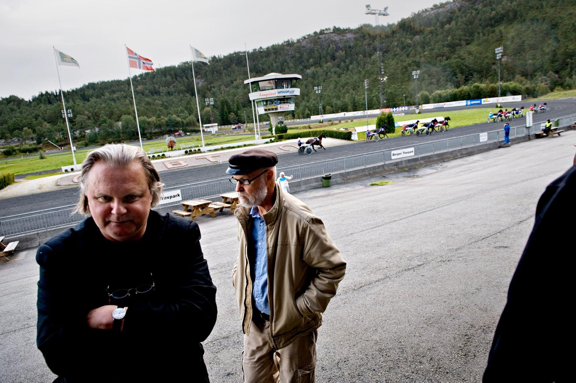 NÆRE VENNER: BT laget sak på det nære vennskapet mellom Jon Fosse og Rolf Sagen (bak) i 2009. Da måtte de selvfølgelig på Travbanen.