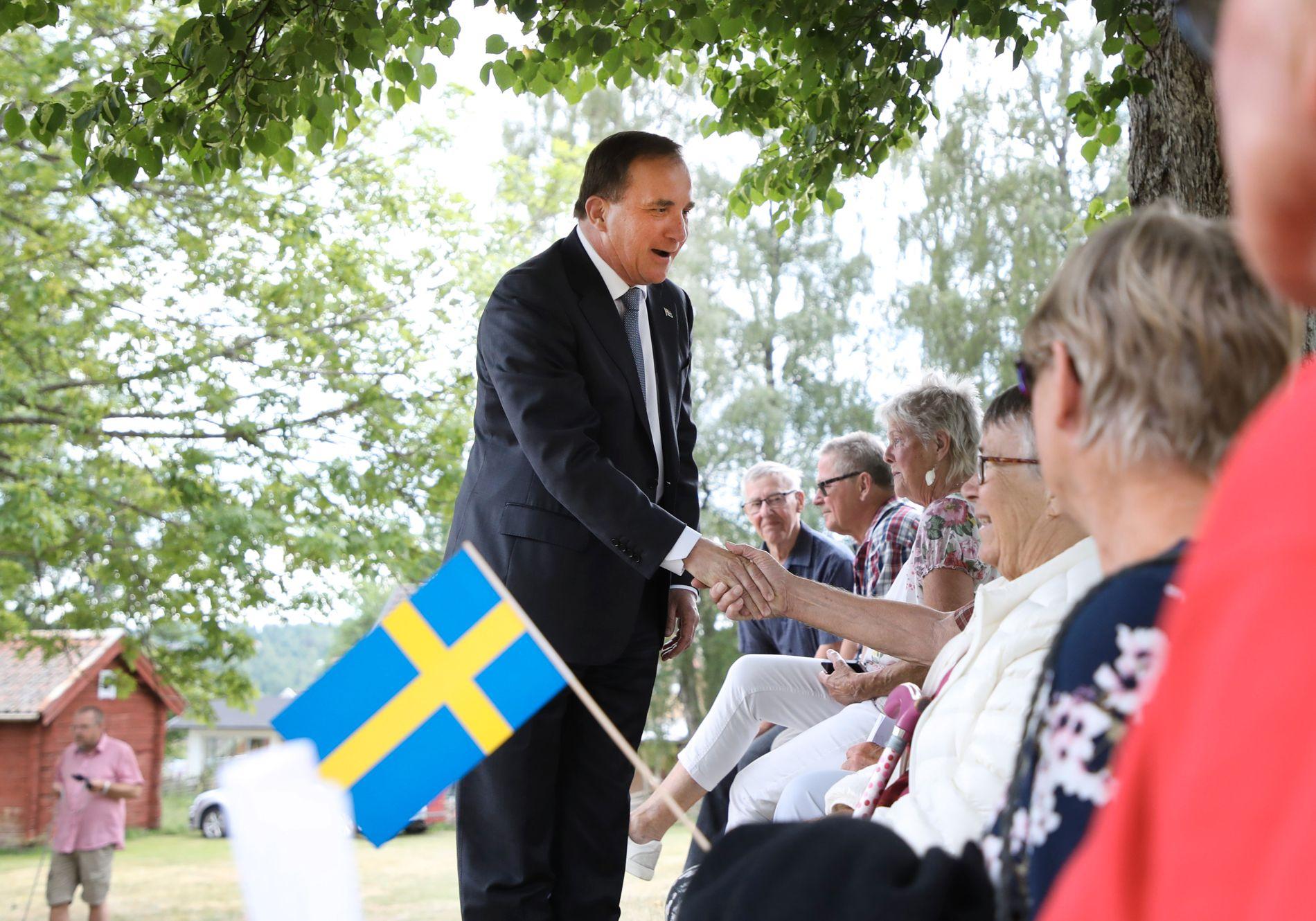 ILLE UTE: Statsminister Stefan Löfven ligger dårlig an før det svenske valget i september. Her feirer han nasjonaldagen i Mullsjö.