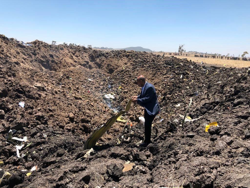 ULYKKESSTEDET: Slik så det ut på ulykkesområdet ved Bishoftu i Etiopia søndag morgen. Bildet er frigitt av flyselskapet og viser CEO Tewolde Gebremariam på ulykkesstedet.