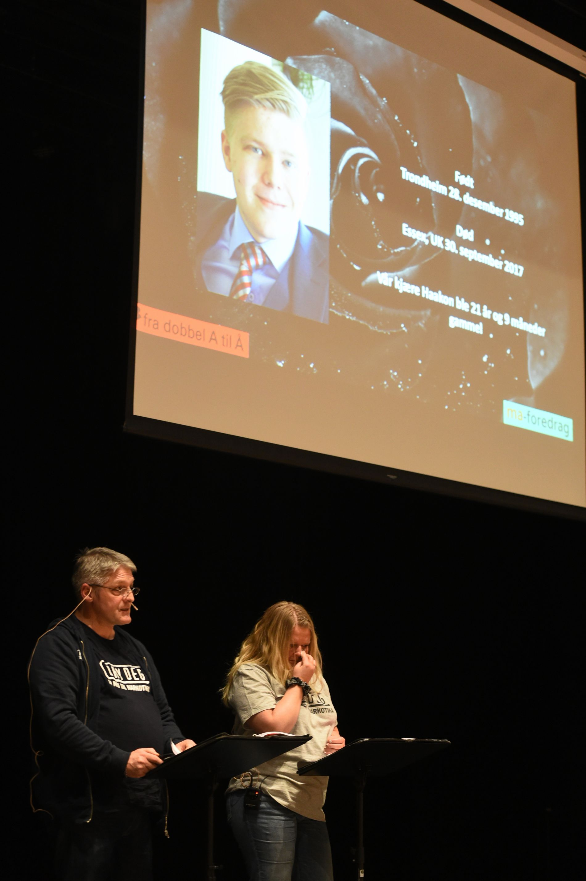 STERK HISTORIE: Mange måtte tørke tårene under foreldremøtet i Fana Kulturhus da Arne og Mona Bratland fortalte sin sterke historie.