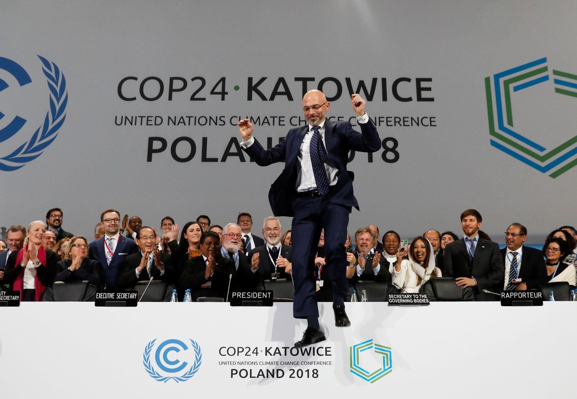 HOPPENDE GLAD: Michael Kurtyka, president for klimatoppmøtet, feirer enigheten om regelboken for Paris-avtalen lørdag.