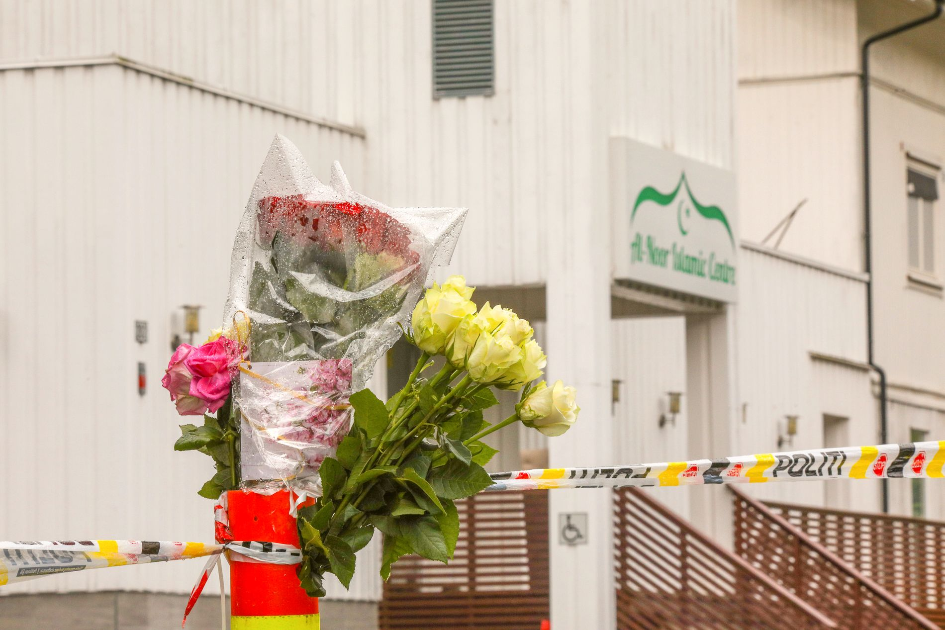BLOMSTER: Flere har plassert blomster utenfor Al-Noor Islamic Centre, der skytingen skjedde lørdag ettermiddag.